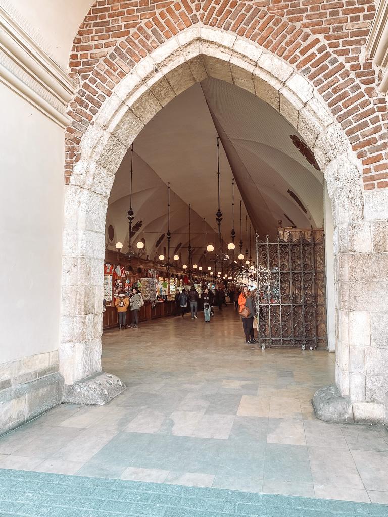 Lakenhal op Mariakerk op de grote markt / Rynek Glówny.